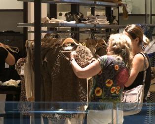 Las ventas en comercios cayeron en marzo 13,2% mientras que las operaciones online crecieron 8,1%