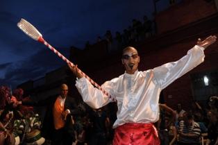 Comparsas honran al rey mago Baltasar con un tradicional festival