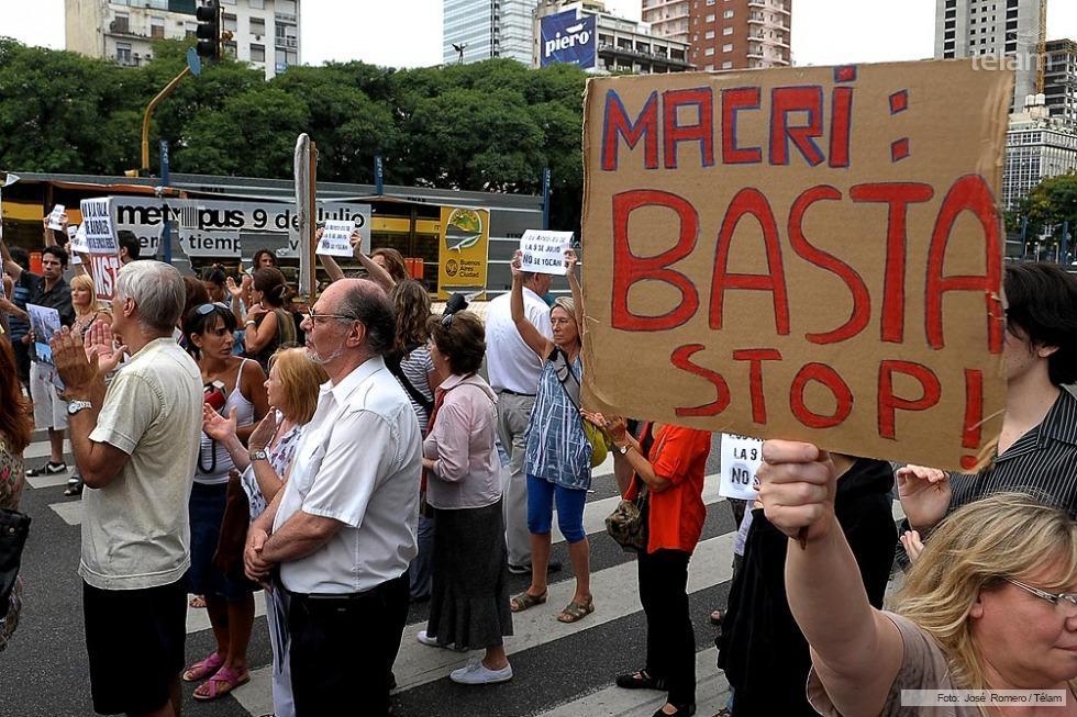 Vecinos y legisladores marcharon sobre la avenida 9 de Julio en rechazo a la tala de árboles obras del Metrobus.