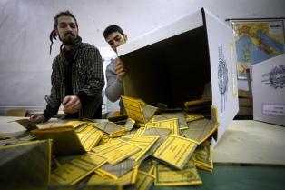 Con baja participación y algunos contratiempos, los italianos eligen gobierno