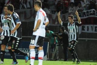Estudiantes de Caseros fue mucho para River y lo eliminó en el debut