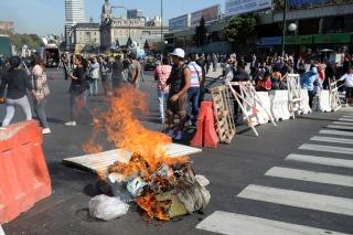 Puesteros de Retiro cortan la avenida Ramos Mejía por el cierre de sus puestos de trabajo