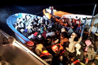 Un barco petrolero rescató a un centenar de inmigrantes en aguas de Isla de Creta