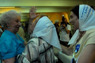 Abuelas de Plaza de Mayo y diputados presentan un anteproyecto