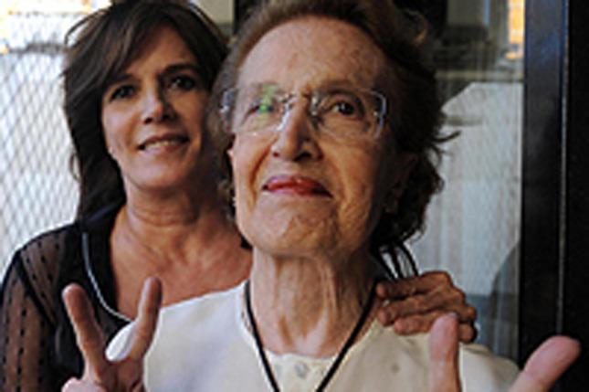 Con su madre Toni quien vive en Azul