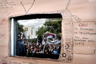 La Justicia griega ordenó reabrir de inmediato los medios públicos