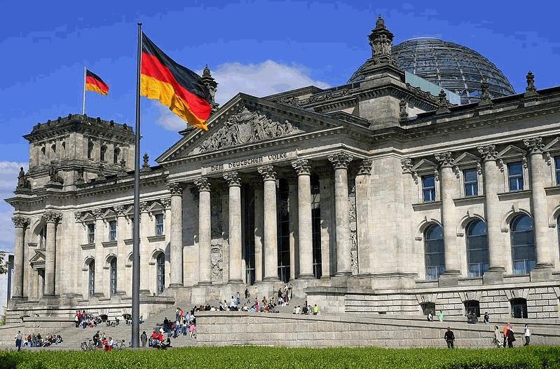 Ultraderechistas amenazan a vicepresidenta del Bundestag y a un diputado