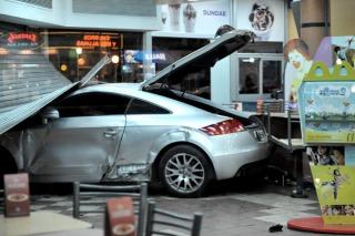 Un choque triple dejó un herido y un auto incrustado en un McDonald`s
