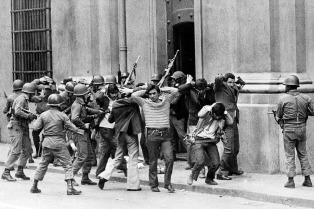 Condenan a oficiales que torturaron a un ministro de Allende