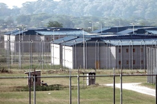 Proponen revisar el uso extendido de la prisión preventiva y el encierro de mujeres con hijos