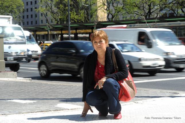 Marta Pinedo señala el lugar donde estaba la placa en memoria de Alberto Márquez