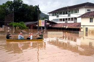 Diez muertos y más de 80.000 evacuados por inundaciones