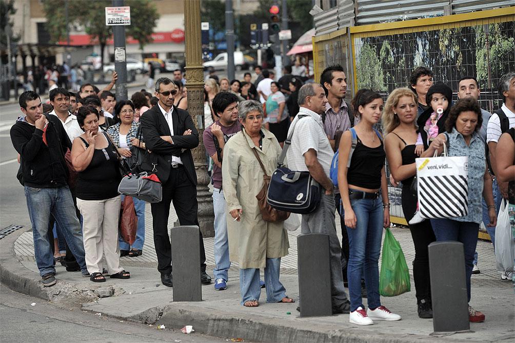 Miles de pasajeros complicados por el paro de 50 líneas de colectivos