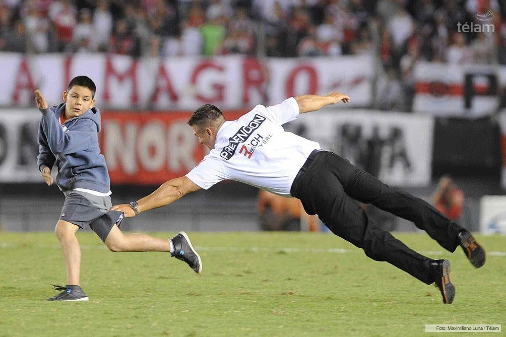 A young boy invades the pitch during River Plate v Lanus and runs rings around the stewards [Video]