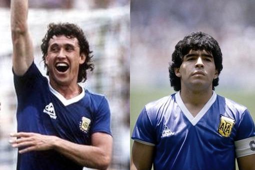 Mexico 86. Dos camisetas azules parecidas pero diferentes. La de Valdano contra Uruguay, muy transpirada, y la eterna de Diego contra Inglaterra.