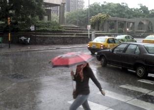 Veinte evacuados y crecidas de los ríos y lo arroyos por las persistentes lluvias