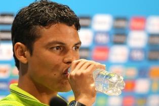"""""""Tenemos cinco estrellas y ninguna fue robada"""", le dijo Thiago Silva a Messi"""