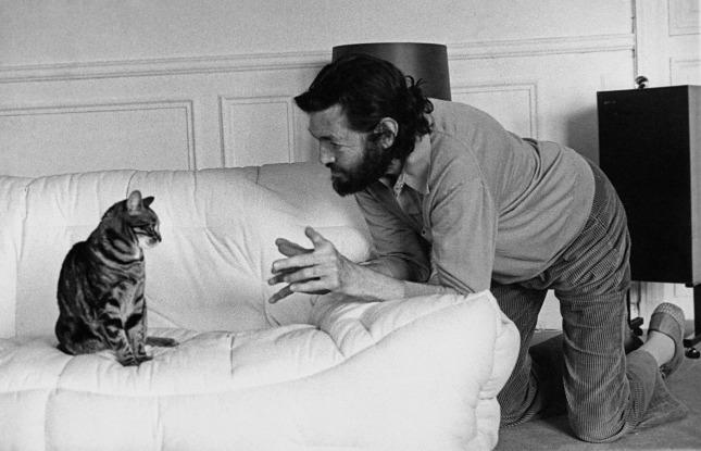 Autor anónimo. Julio Cortázar con su gata Franelle, París. Fondo Aurora Bernárdez. Centro Galego de Artes da Imaxe