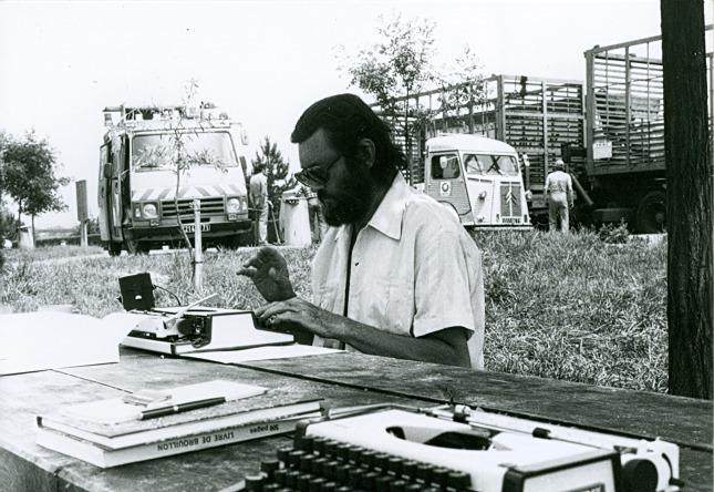 Carol Dunlop Julio Cortazar en la autopista Paris Marsella  1982 . Fondo Aurora Bernárdez. Centro Galego de Artes da Imaxe