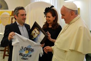 Política, fútbol y territorio presentes a través de los regalos para el Papa