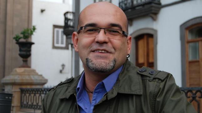 "Alexis Ravelo autor de ""La estrategia del pequinés"""