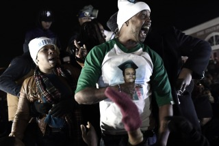 Cientos de manifestantes volvieron a desafiar a la policía en Ferguson