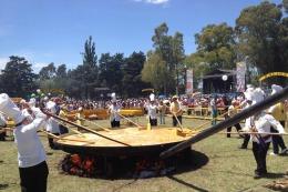 Un omelette gigante en el marco de los festejos del aniversario de Pigüé