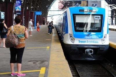 Pasajeros del Mitre celebran los nuevos trenes 0km del ramal ... - Télam