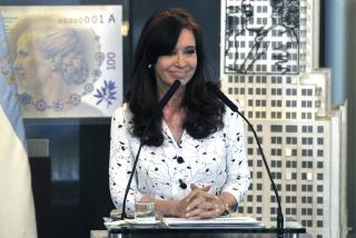 Cristina presenta nuevo equipamiento del Ejército e inaugura una biblioteca