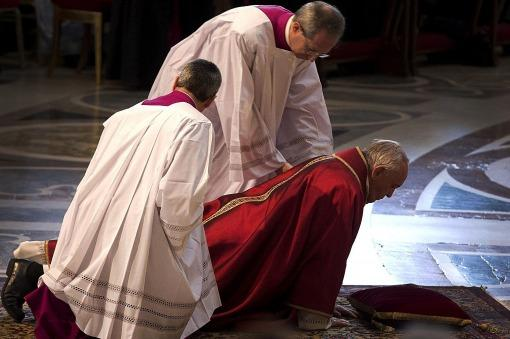 El Papa denunció las lacras del mundo actual tras encabezar el Vía Crusis en el Coliseo de Roma