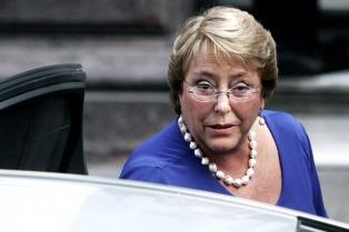 Bachelet visitó la zona afectada por el terremoto y elogió a los pobladores de Chilöé