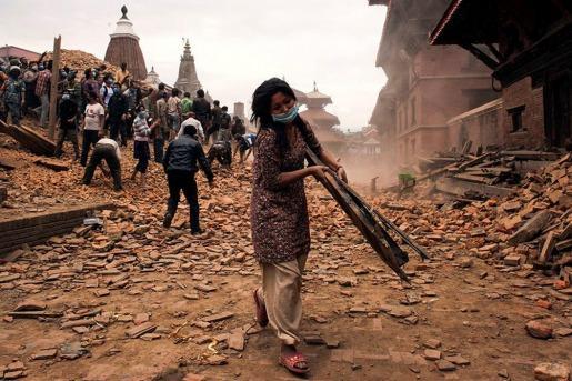 TRAS EL SISMO Suman más de 2400 los muertos en Nepal y buscan a 13 turistas argentinos