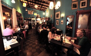 """Buscan prohibir el cobro por """"plato compartido"""" en los restaurants"""