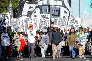 Manifestantes del Polo Obrero y Barrios de Pie marchan hacia la sede de la Anses