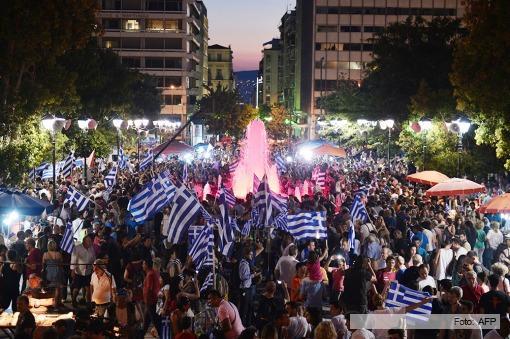 """Miles de griegos festejan en Atenas el triunfo del """"NO"""" en el referéndum."""
