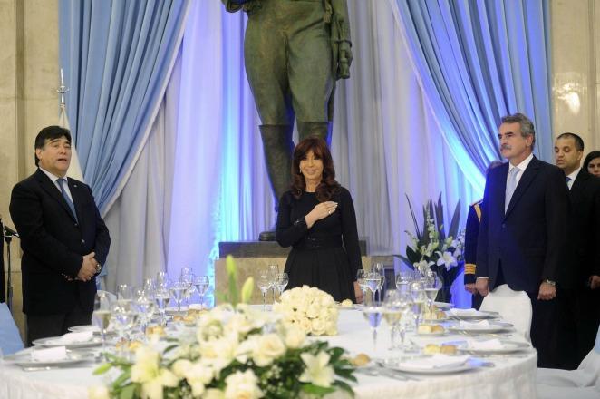 """En la cena de Camaradería, Cristina pidió a las FFAA """"no dejarse llevar por el canto de sirenas"""""""