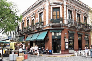"""Los """"nativos"""" de San Telmo, en alerta por el exceso de turistas y negocios"""