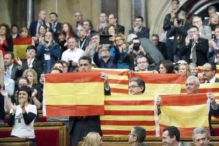 """Puigdemont no cede y el Gobierno español prepara una intervención """"quirúrgica"""" en Cataluña"""