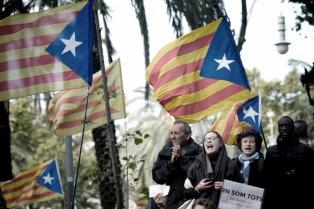 Miles de catalanes se manifiestan en apoyo a políticos independentistas procesados