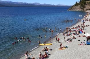 El verano tardío barrió con el frío y las playas rebalsan de visitantes