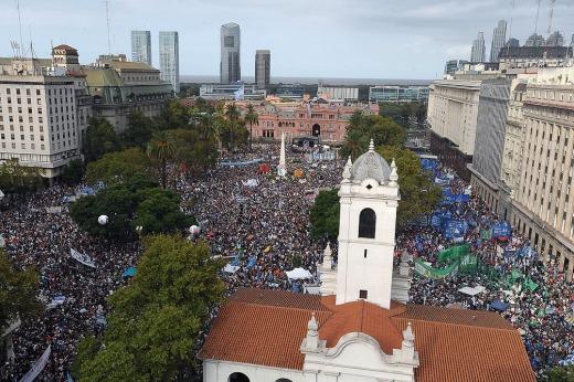Amplia convocatoria en Plaza de Mayo a 40 años del último golpe militar