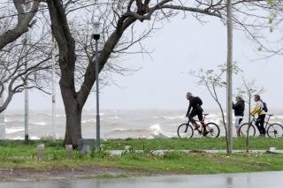 Lanzan un aviso por crecida del Río de la Plata en la costa del área metropolitana y La Plata