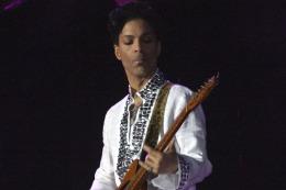 Subastan la legendaria guitarra de Prince en m�s de 137.000 d�lares