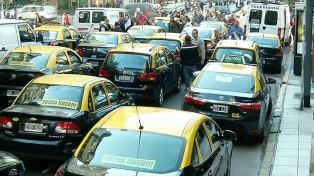 Taxistas reclamaron frente a la Legislatura porteña por la implementación del pago electrónico