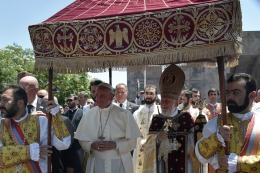 El Papa se despidi� de Armenia con un gesto por la reconciliaci�n con Turqu�a