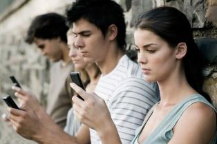 El gobierno bonaerense comprará 9.000 celulares para alumnos secundarios