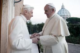"""Tras la polémica por los """"dos Papas"""", Francisco homenajeó a Benedicto XVI"""