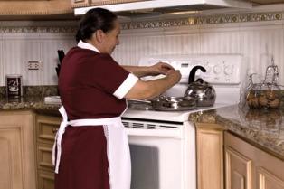 Aumentan 30% a las empleadas domésticas en tres tramos, con cláusula de revisión en febrero
