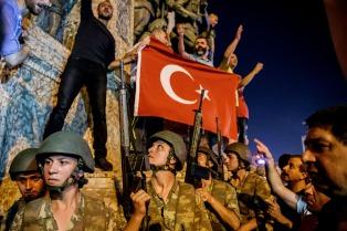 La Fiscalía turca ordenó la detención de otros 254 funcionarios por golpismo