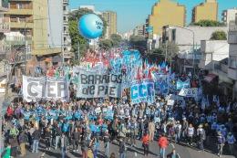 Diversas organizaciones marchan desde San Cayetano a Plaza de Mayo